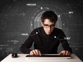 Mladý hacker ve futuristickém prostředí hackování osobní informati — Stock fotografie