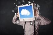 Homem de negócios com um monitor em sua cabeça, nuvem sistema e pointe — Foto Stock