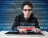 Mot de passe voler jeune geek hacker — Photo