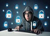 年轻的黑客与虚拟锁符号和图标 — 图库照片