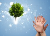 Smileys heureux doigt avec arbre lumineux magique vert — Photo