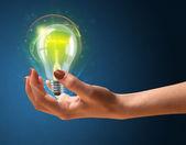 Светящиеся лампочки в руке женщины — Стоковое фото