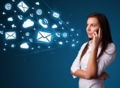 Jovencita haciendo llamada con los iconos de mensaje — Foto de Stock