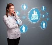 Attraktive mädchen blick auf moderne sozialnetz — Stockfoto
