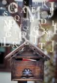 Casilla de correo con letras que salen — Foto de Stock