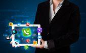 Dame houden een tablet met moderne kleurrijke apps en pictogrammen — Stockfoto