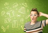 Счастливая молодая женщина с очками и символами повседневной одежды — Стоковое фото