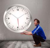 Atraente garoto segurando um relógio enorme — Fotografia Stock