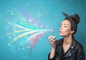 Güzel kız üfleme soyut renkli baloncuklar ve çizgiler — Stok fotoğraf