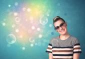 Mladá žena s sluneční brýle a barevná světla v bokeh — Stock fotografie