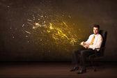 бизнесмен с таблеткой и энергетическим взрывом на фоне — Стоковое фото