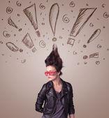 Giovane donna con stile di capelli e mano esclamativo segni disegnati — Foto Stock