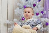 Мальчик под Рождественская елка — Стоковое фото