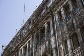 колониальное здание покрыто формой — Стоковое фото