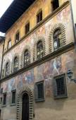 Old house, decorated with frescoes on the street in Florence — Stock Photo