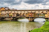 Ponte Vecchio over Arno river in Florence, Italy — Stock Photo
