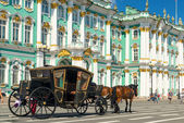 Carriage for tourists in front of the Winter Palace in Saint Pet — Stock Photo
