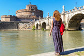 Young female tourist looks at the Castel Sant Angelo in Rome — Stock Photo