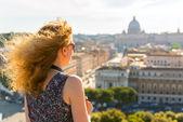 Girl admiring views of St. Peter's Basilica — Stock Photo