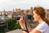 Girl takes a picture in the Roman Forum — ストック写真