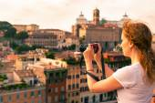 Girl takes a picture in the Palatine Hill in Rome — Stock Photo