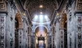 Wewnątrz Bazyliki Świętego Piotra w Rzymie — Zdjęcie stockowe