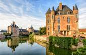 Picturesque castle on the lake in the Loire Valley — Stock Photo