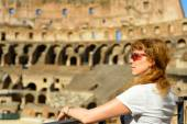 The redhead female tourist looks at the Colosseum in Rome — Stock Photo