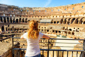 The golden-haired female tourist looks at the Colosseum, Rome — Foto Stock