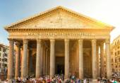 Tourists visit the Pantheon in Rome — Stock Photo