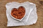 Kakaopulver in Form des Herzens — Stockfoto