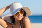 Smiling summer woman with sunglasses and floppy hat — Stock Photo