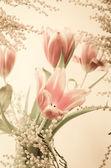Jarní kytice s mimózy a tulipány — Stock fotografie