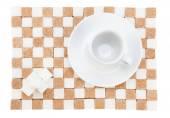 Taza de café vacía en un platillo con cuatro cubos de azúcar blanco en un st — Foto de Stock