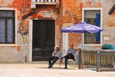 Two gondoliers on the docks awaiting tourists in Venice, Italy  — Stock Photo