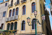 Lantern near a beautiful mansion in Venice, Italy — Stock Photo