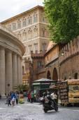 Lidé na náměstí svatého Petra ve Vatikánu — Stock fotografie