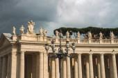 Lanterna na praça de são pedro no vaticano. roma, itália — Fotografia Stock