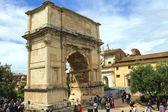 Tourists in square near the Triumphal Arch of Titus in Rome, Ita — Stock Photo