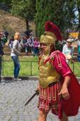 Actor depicting a Roman legionary for tourists near the Colosseum. Rome, Italy — Stock Photo