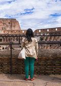 Mädchen Ausflüge am Kolosseum. Rom, Italien — Stockfoto