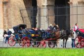 Coachmen sitting on chairs, pulled by a horse, waiting for touri — Stock Photo