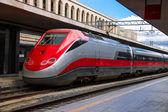 De trein stopt in de buurt van het station platform in Italië — Stockfoto