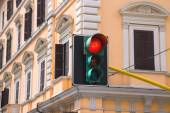 Traffic lights at the crossroads of the city is lit red — Stock Photo