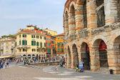Ludzie w okolicy w pobliżu amfiteatru Arena di Verona w ramach przygotowań do roku odbywa — Zdjęcie stockowe