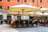 Tables outdoor restaurant on the Piazza della Signoria in Verona — Stockfoto