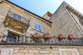 Picturesque house with flowers on balcony in the Italian city — Stock Photo