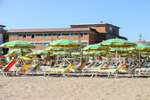 Tourists sunbathe on  beach in the resort town Bellaria Igea Mar — Stock Photo