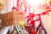 Велосипеды стоит возле стены на улице в голландском городе — Стоковое фото