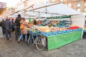 People near vegetable stalls on the market square  in  Dutch tow — Stock Photo